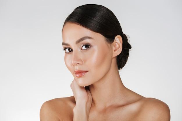 Piękno portret powabna caucasian kobieta z brown włosy w babeczce pozuje przy kamerą z pięknym spojrzeniem, odizolowywająca nad bielem