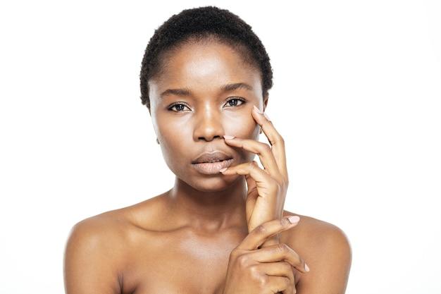 Piękno portret ślicznej afro amerykańskiej kobiety ze świeżą skórą na białym tle na białym tle