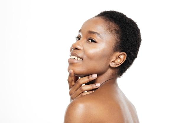 Piękno portret szczęśliwej afroamerykańskiej kobiety ze świeżą skórą na białym tle