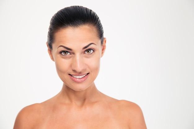 Piękno portret szczęśliwej kobiety ze świeżą skórą