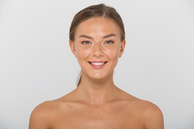 Piękno portret topless uśmiechnięta młoda kobieta na białym tle