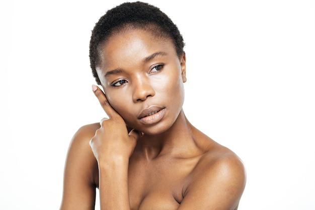 Piękno portret uroczej afroamerykańskiej kobiety odwracającej wzrok na białym tle