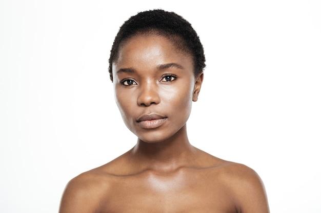 Piękno portret uroczej afroamerykańskiej kobiety stojącej na białym tle na białym tle