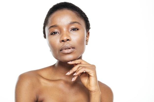 Piękno portret uroczej afroamerykańskiej kobiety ze świeżą skórą na białym tle