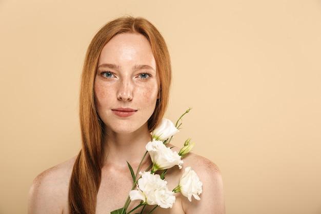 Piękno portret uśmiechnięta młoda dziewczyna topless rude