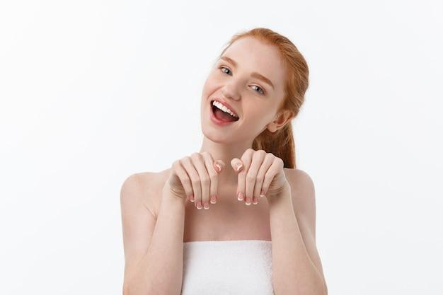 Piękno portret uśmiechnięta młoda kobieta z patrząc na kamery