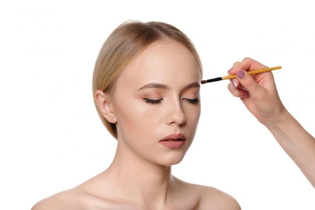 Piękno portret uśmiechnięta piękna przyrodnia naga kobieta pozuje z makijażem szczotkuje