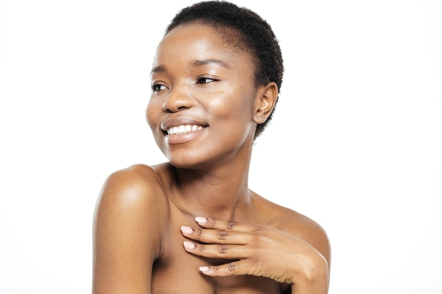 Piękno portret uśmiechniętej afro amerykańskiej kobiety odwracającej się na białym tle na białym tle