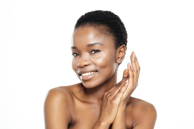 Piękno portret uśmiechniętej afro amerykańskiej kobiety ze świeżą skórą na białym tle