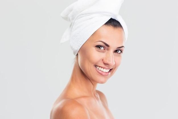 Piękno portret uśmiechniętej pięknej kobiety z świeżą skórą