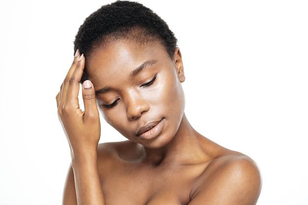 Piękno portret zrelaksowanej afroamerykańskiej kobiety ze świeżą skórą na białym tle
