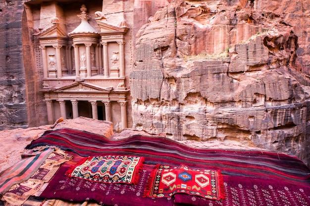 Piękno skał i starożytna architektura w petrze jordan starożytna świątynia w petrze w jordanii