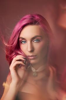 Piękno sztuki portret kobiety z różowymi włosami