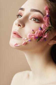 Piękno twarzy profesjonalny makijaż, kwiat kosmetyków