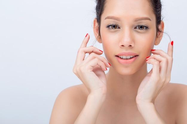 Piękno twarzy w kształcie litery v modelki azjatyckiej młodej kobiety z naturalnym makijażem dotykają jej twarzy z copyspace