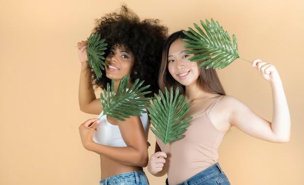 Piękno. uśmiechnięte kobiety o idealnej skórze i naturalnym makijażu portrety, azjatki i afrykanki