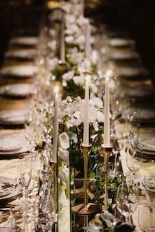 Piękno w szczegółach tego uroczego stołu