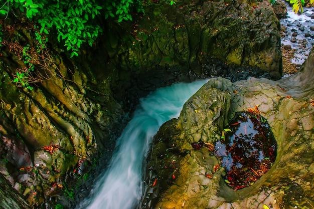 Piękno wodospad w zielonym lesie indonezja