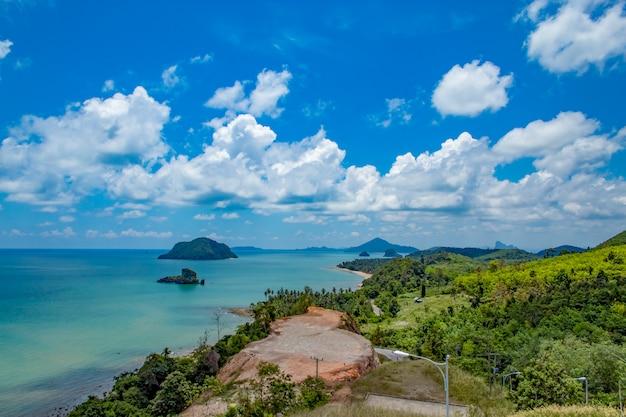 Piękno wyspy w morzu i niebie przy sairee sawee plażą, chumphon tajlandia.