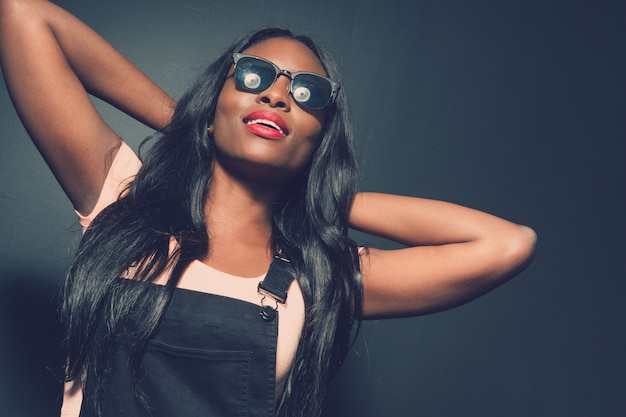 Piękny amerykanin afrykańskiego pochodzenia dziewczyny pozować