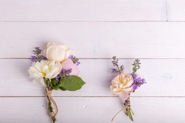 Piękny angielski bukiet kwiatów róży na drewniane tła. skopiuj miejsce. koncepcja matki, walentynki, kobiet, dzień ślubu.