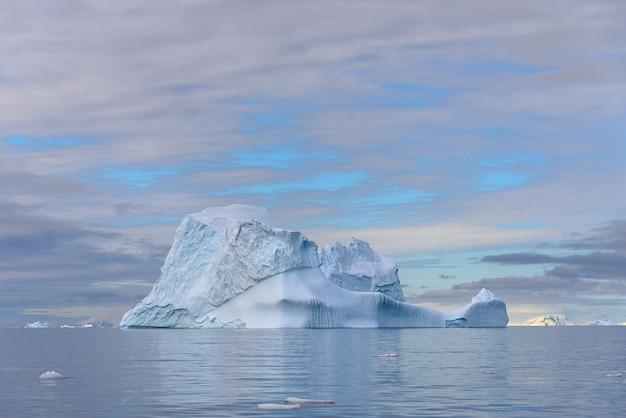 Piękny antarktyczny seascape z górą lodowa