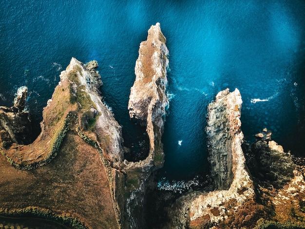 Piękny antena strzał morze z górami