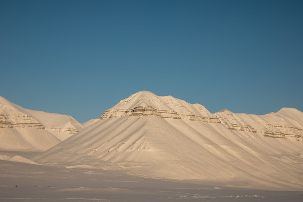 Piękny arktyczny zima krajobraz z śniegiem zakrywał góry na svalbard, norwegia