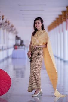 Piękny asian z miłym wyrazem twarzy. fantazja piękna tajlandzka kobieta.