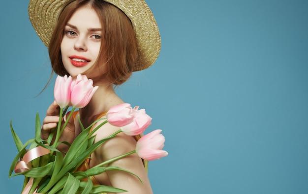 Piękny atrakcyjny wygląd kobiety i bukiet kwiatów