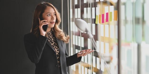 Piękny azjatycki bizneswomanu mówienie na telefonie