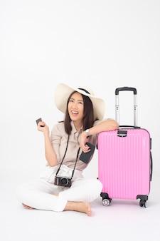 Piękny azjatycki kobieta turysta na biel ścianie