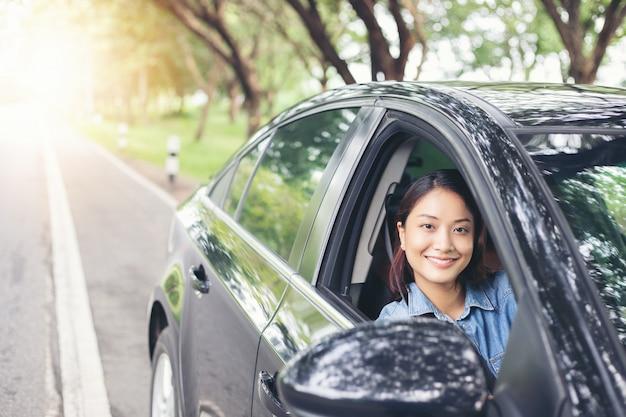 Piękny azjatycki kobiety ono uśmiecha się