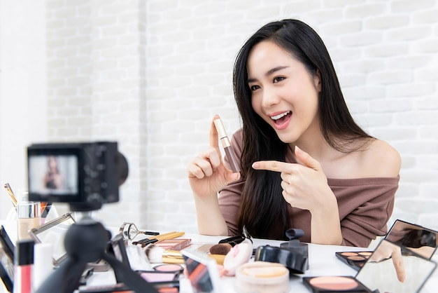 Piękny azjatycki kobiety piękna vlogger nagrania makeup tutorial