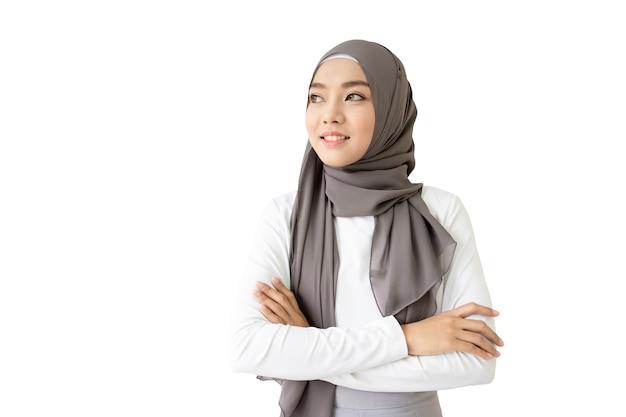 Piękny azjatycki muzułmański kobieta portreta zakończenie up. na białym tle ze ścieżką przycinającą.