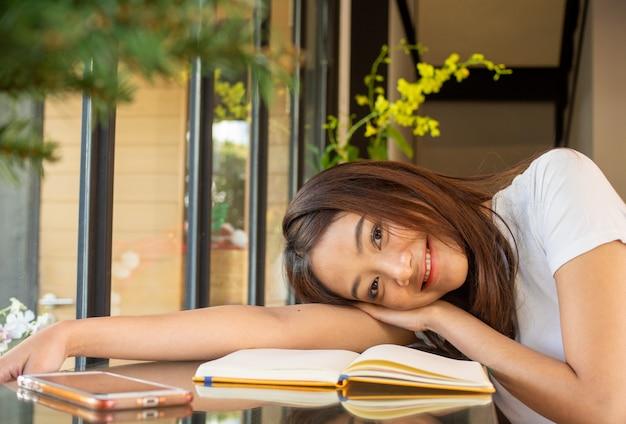 Piękny azjatycki uczeń z jaskrawym uśmiechem