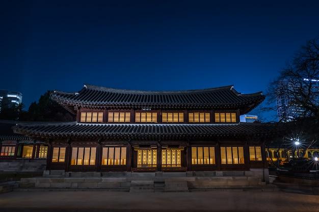 Piękny azjatykci krajowy budynek w nocy