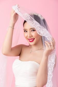 Piękny azjatykci panna młoda portret w różowym studiu