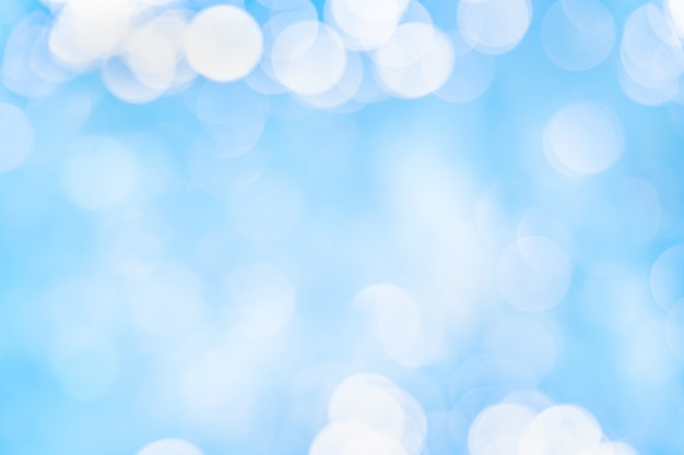 Piękny biały bokeh na niebieskim tle.