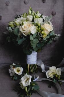 Piękny biały bukiet ślubny i boutonnieres dla druhen.