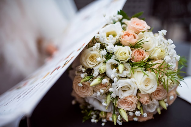 Piękny biały bukiet ślubny