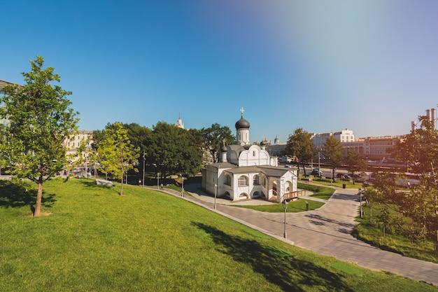 Piękny biały kościół prawosławnych chrześcijan w moskwie