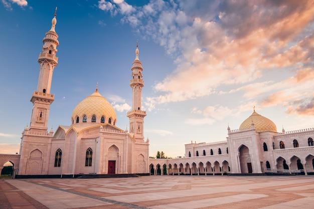 Piękny biały meczet w świetle zachodzącego słońca. bolghar, rusiia.
