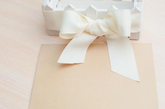 Piękny biały papier pakowy z kokardą i miejsce na tekst
