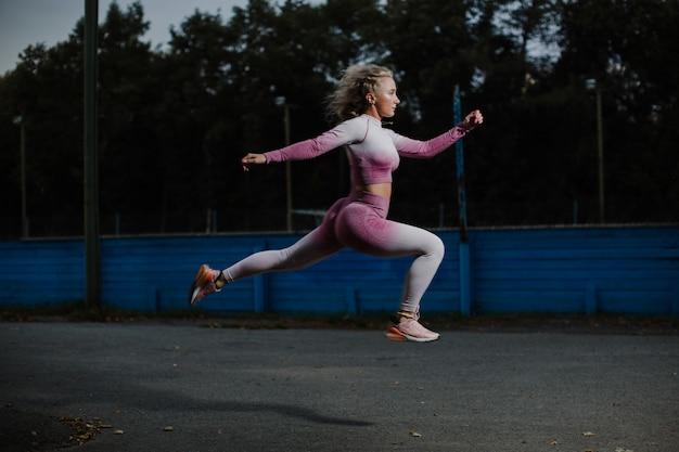 Piękny biegacz w ruchu działa.