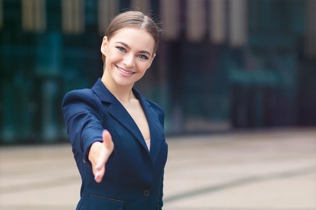 Piękny biznes powitanie kobieta