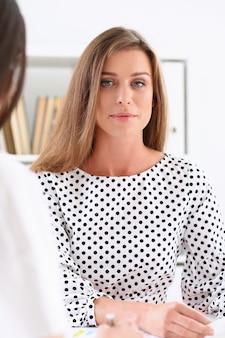 Piękny biznesowej kobiety portret w biurze