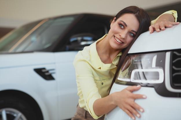 Piękny bizneswoman kupuje nowego samochód