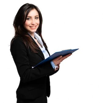Piękny bizneswomanu portret odizolowywający na bielu i trzymający schowek