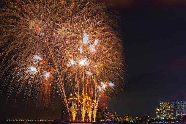Piękny blask rozświetla na niebie fajerwerki nocą